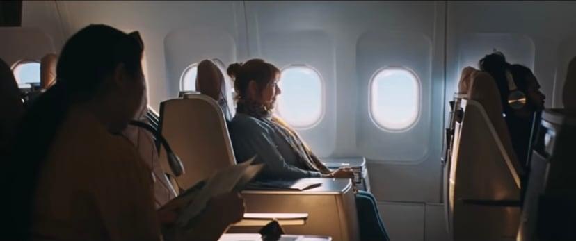 une femme voyage dans un avion