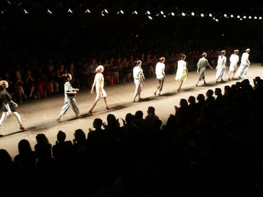 modelos en una pasarela de moda