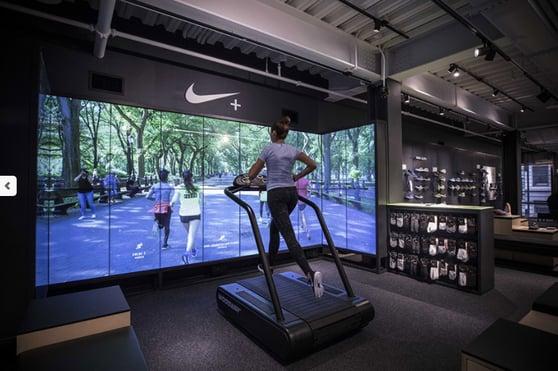 Pantalla inteligente en tienda Nike en NY