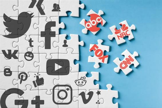rompecabezas uniendo las piezas de redes sociales con canales de televisión
