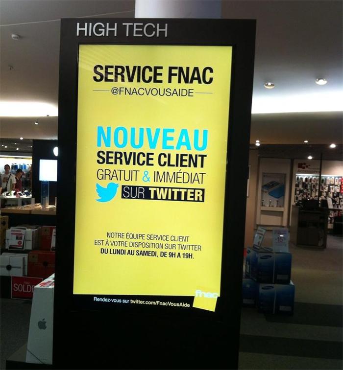 Un affichage de promo @Fnacvousaide dans un magasin