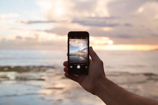 foto al mar a través de un smartphone