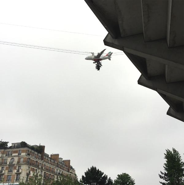maquette d'un avion de la compagnie Emirates couplé à la camera FTV survole le stade de la Porte d'Auteuil