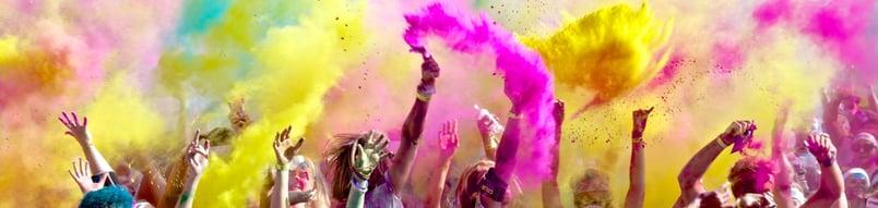 imagen de niños celebrando con polvo de colores