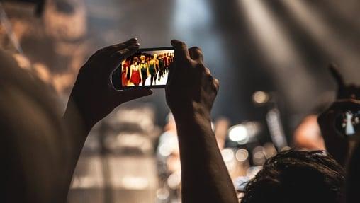 Celular mostrando un live streaming de una pasarela de modas