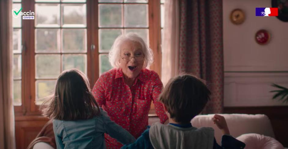 """Campagne """"La projection"""", montrant une grand-mère qui retrouve ses petits-enfants"""